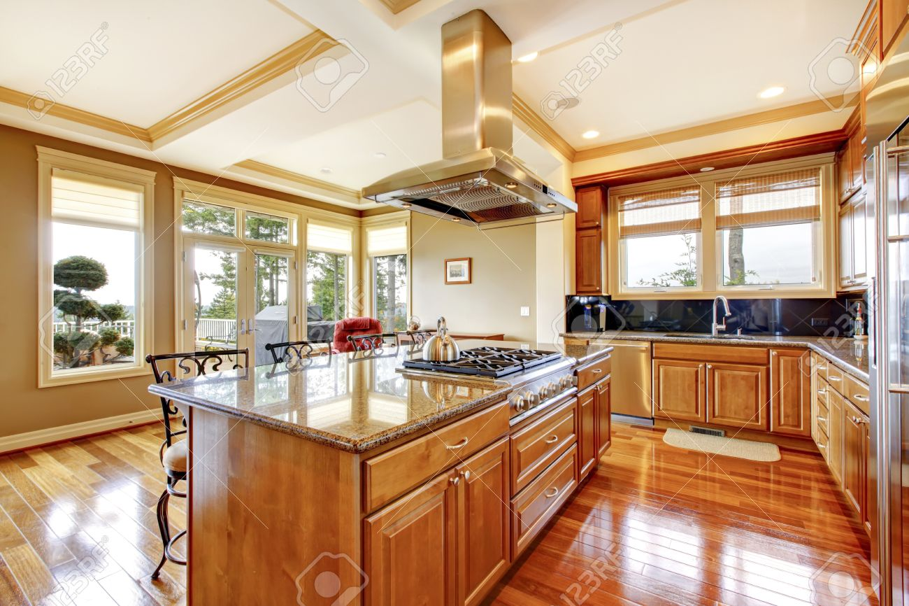 Moderne Küche Aus Holz Raumgestaltung Mit Holzboden, Insel ...