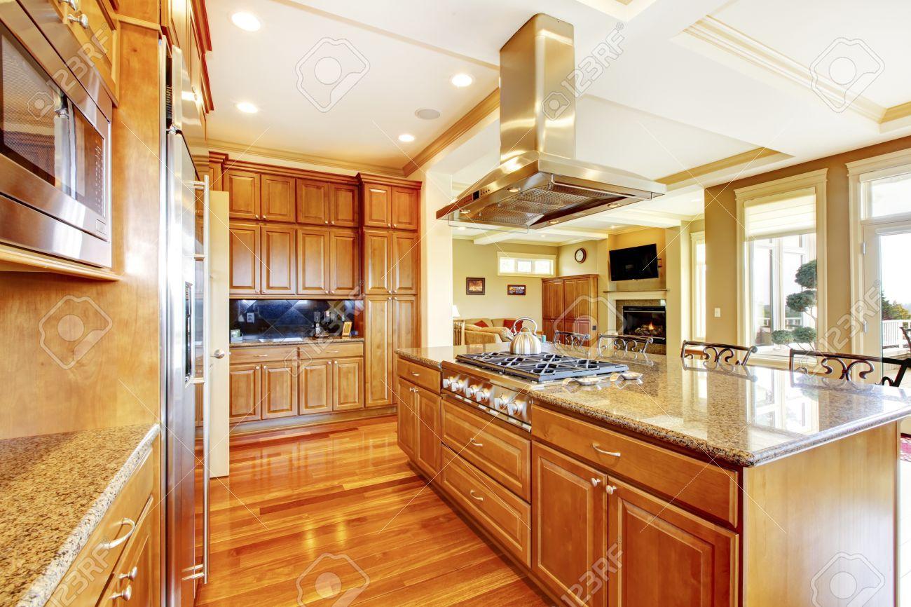 Moderne Küche Aus Holz Zimmer Mit Parkettboden, Insel, Granit Zähler ...