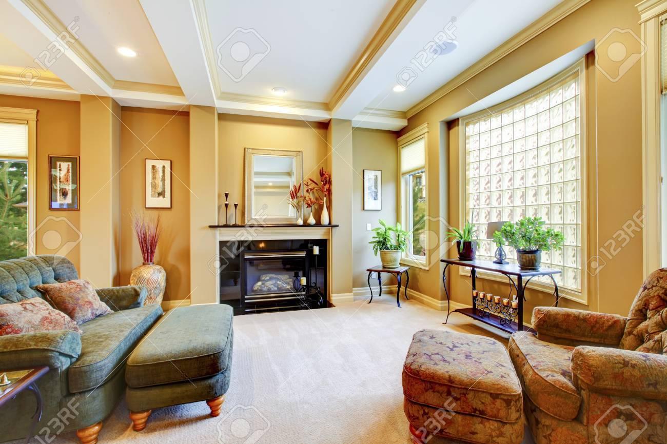 Schönes Wohnzimmer Mit Großem Fenster, Kamin Und Getrimmt Decke ...
