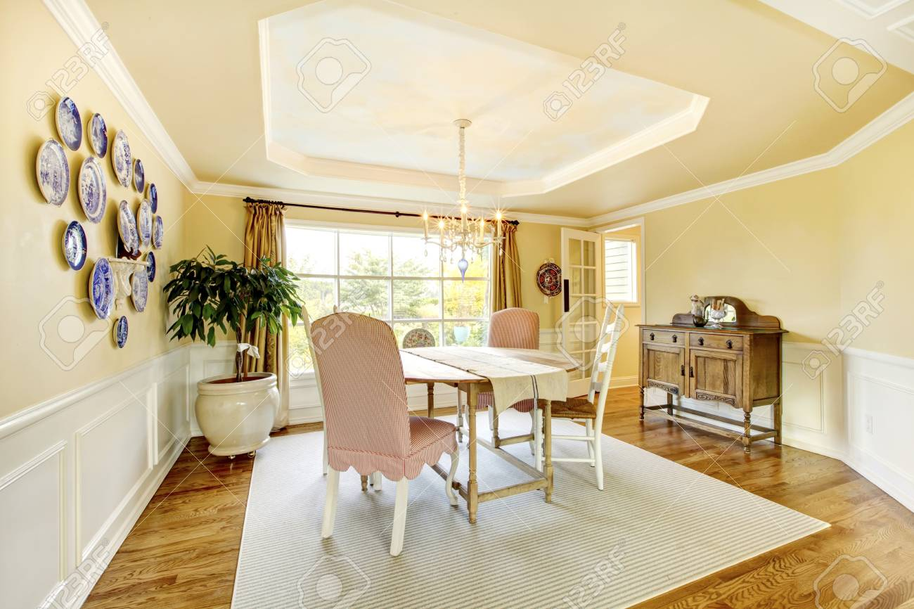 Jaune salon américain design intérieur confortable avec des assiettes et  des meubles classiques.