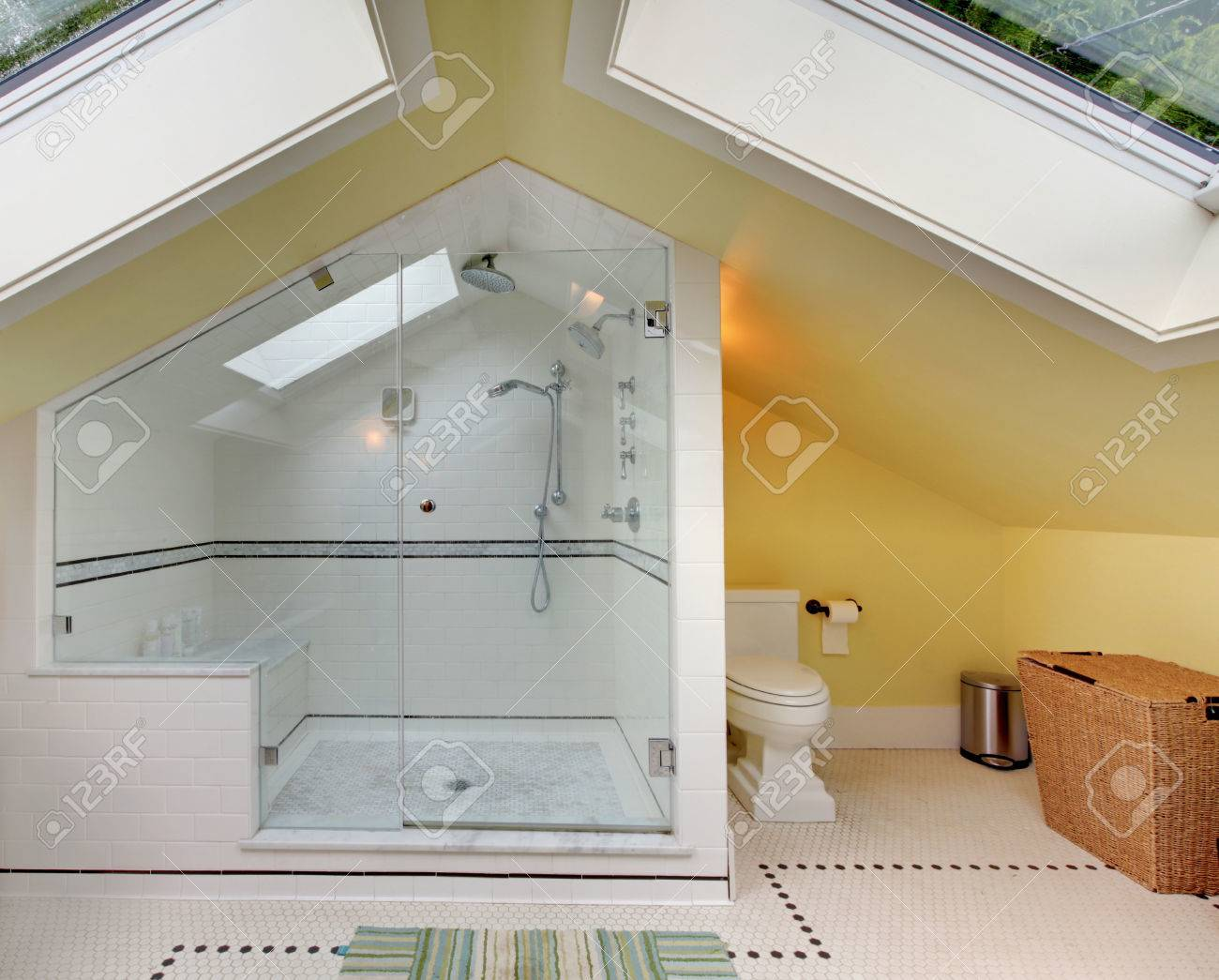 Créer Une Salle De Bain À L Étage salle de bains moderne à l'étage avec une grande douche, wc et plafond  voûté.