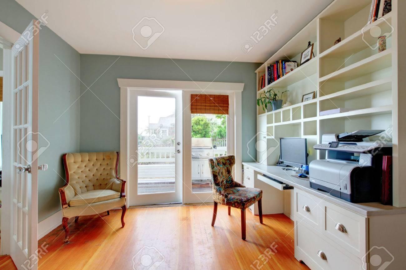 Bureau à domicile avec étagères ouvertes blanches plancher de