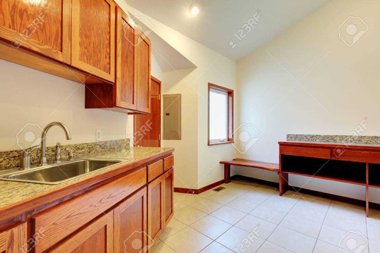 Luminosa camera cucina interna con mobili in legno marrone di
