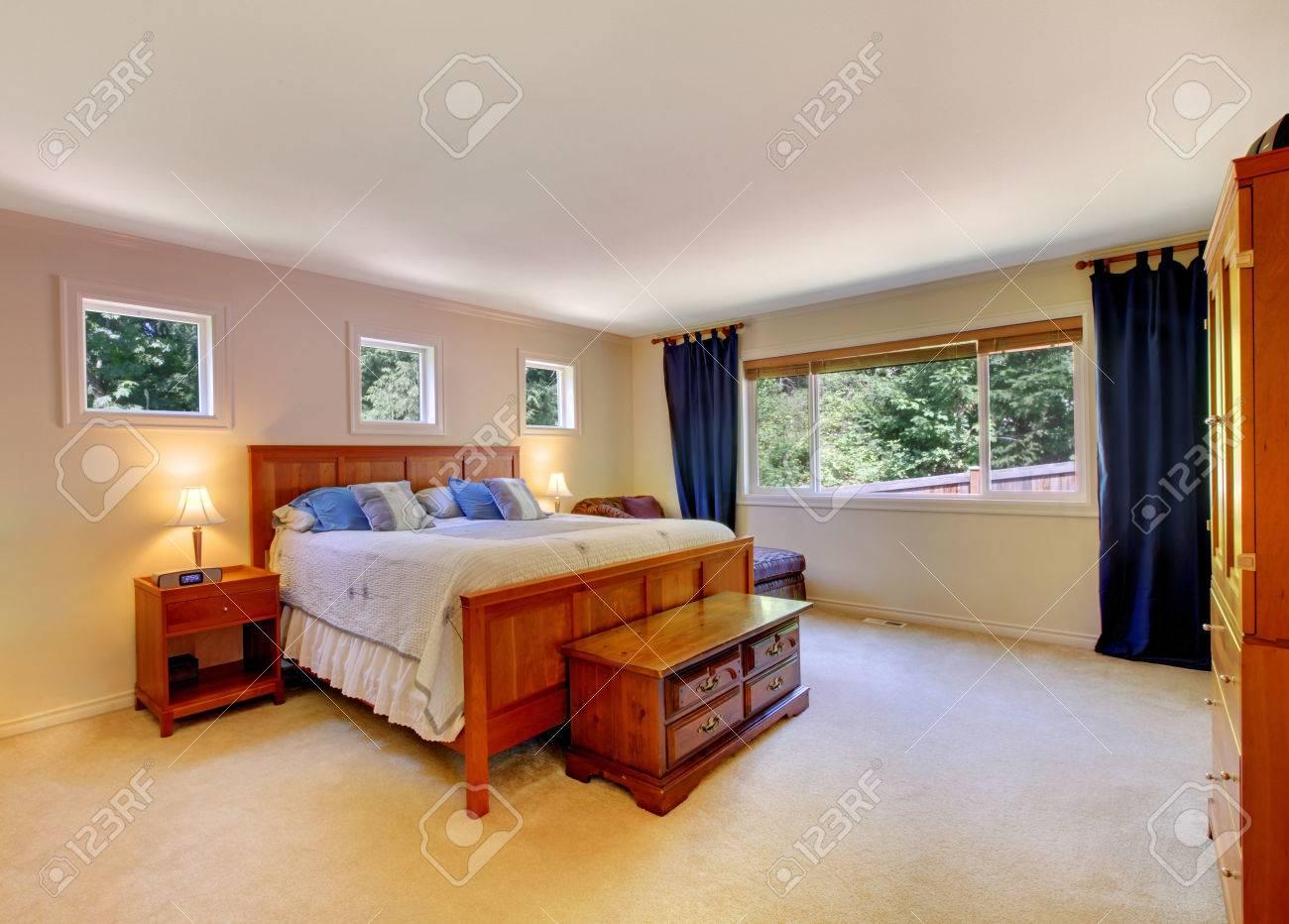 Schlafzimmer Interieur Mit Beige Teppichboden Und Dunkelblauen ...