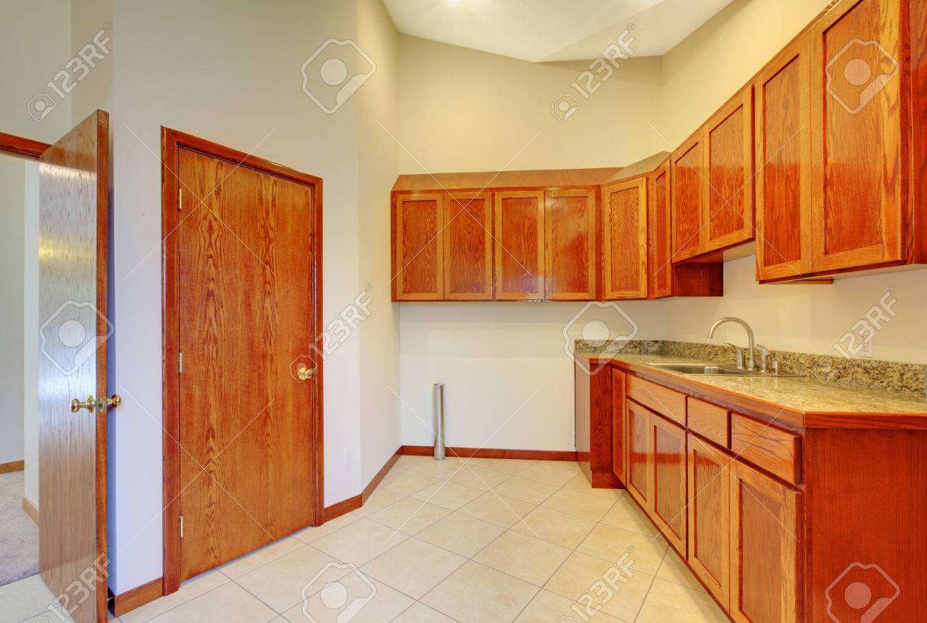Pequeña Habitación Interior De La Cocina Con Gabinetes De Madera ...
