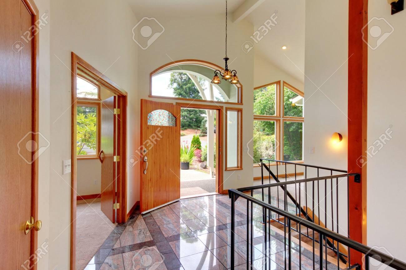Belle Entrée Lumineuse à La Maison Avec Haut Plafond Voûté ...