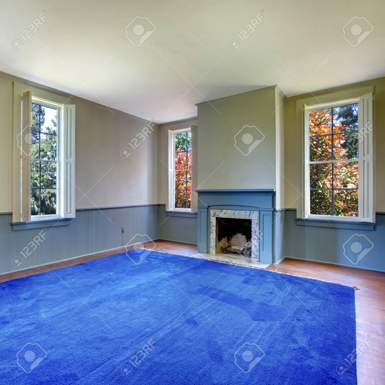 Mur En Parement Salon salon vide intérieur de la chambre. cheminée ancienne en marbre mentale et  blanc bleu, mur de parement garniture.