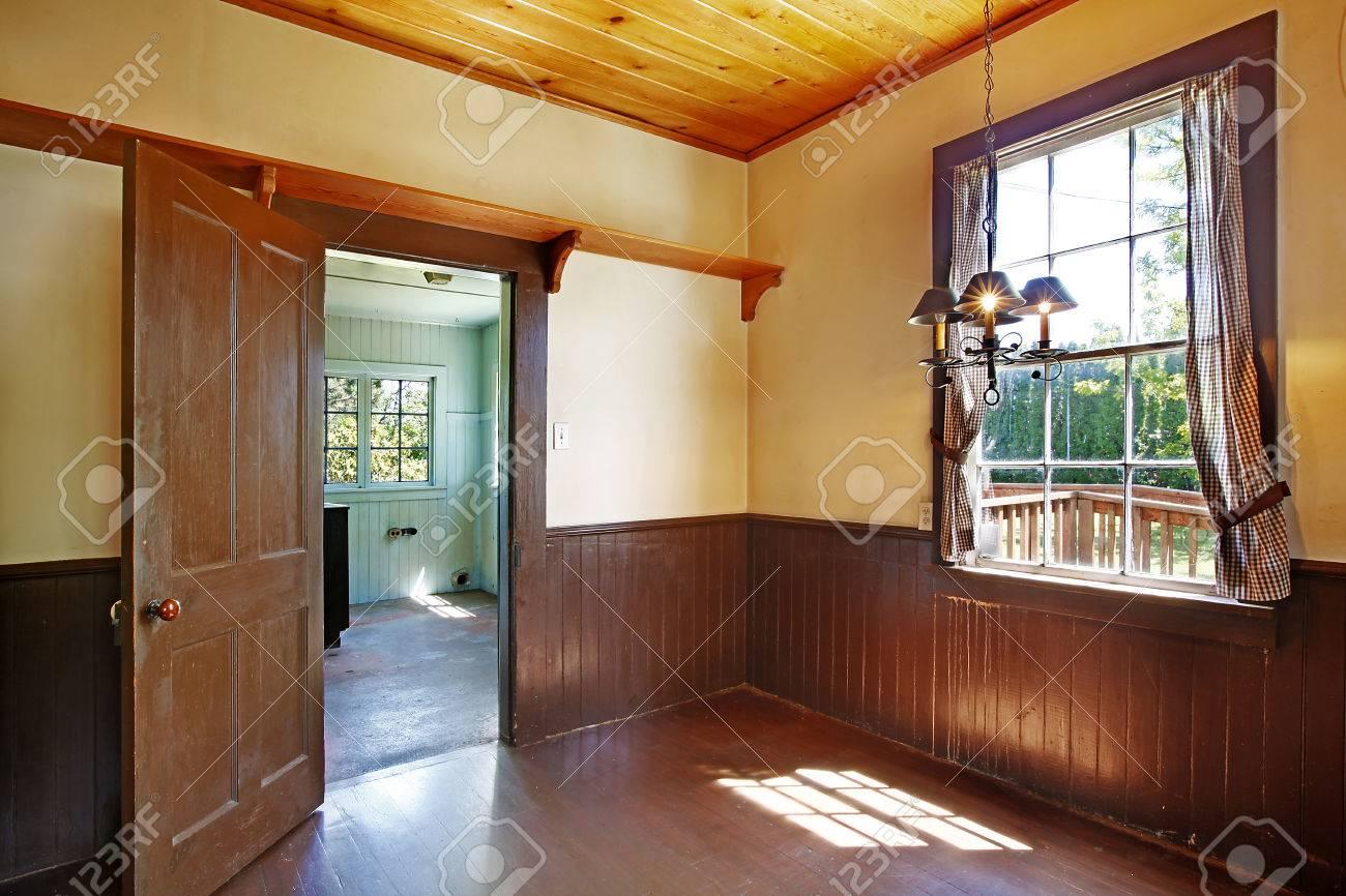 Antike Küche Innenraum Mit Holzdecke Und Wandverkleidung ...