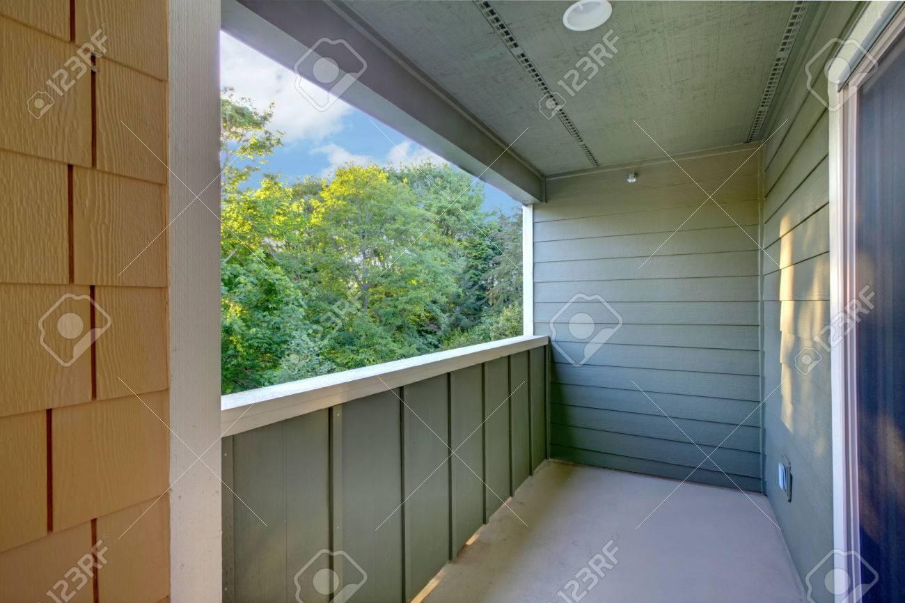 Beliebt Unmöbliert überdachten Balkon Mit Blauen Wänden, Weißer Ordnung ZG05