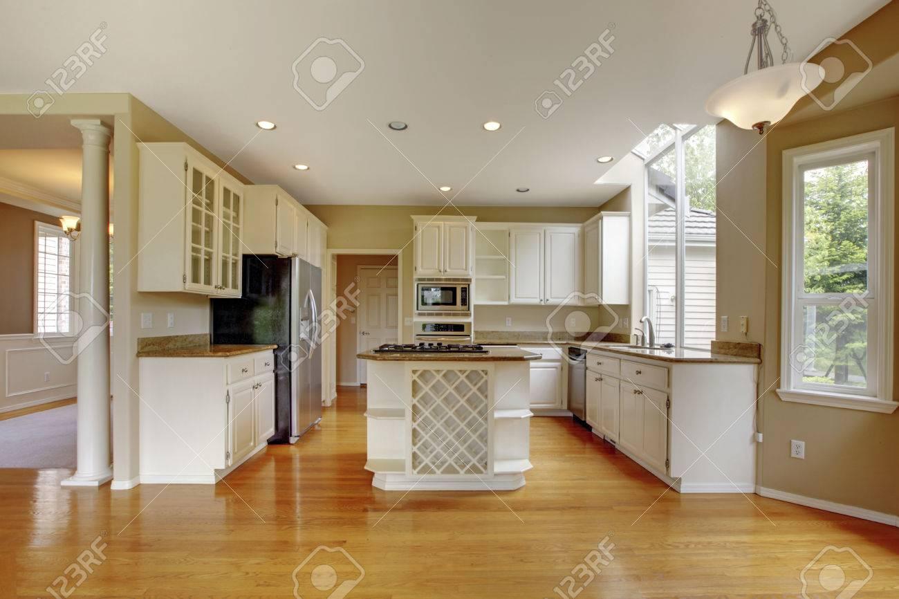 Kleine Klassische Amerikanische Küche Interieur Mit Weißen Schränken Und  Kücheninsel. Glänzende Holzboden. Standard
