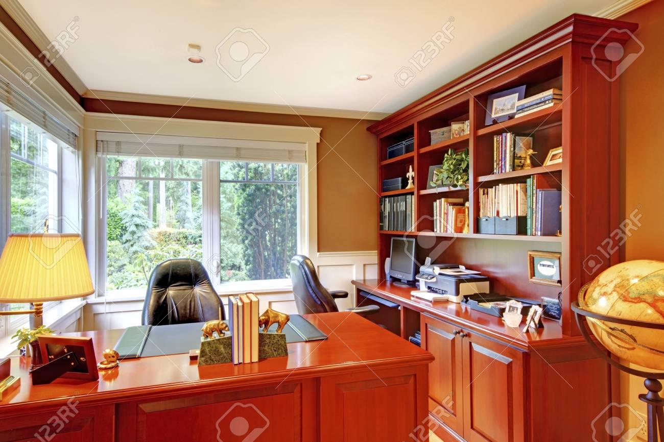 Intérieur de luxe accueil de bureau avec des murs et du bois gris