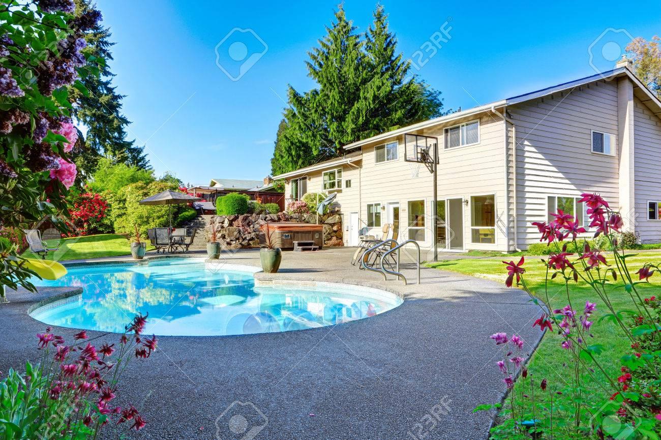 Hinterhof Mit Kleinen Schönen Pool, Einen Whirlpool, Terrasse, Stühle Und  Basketballkorb Standard