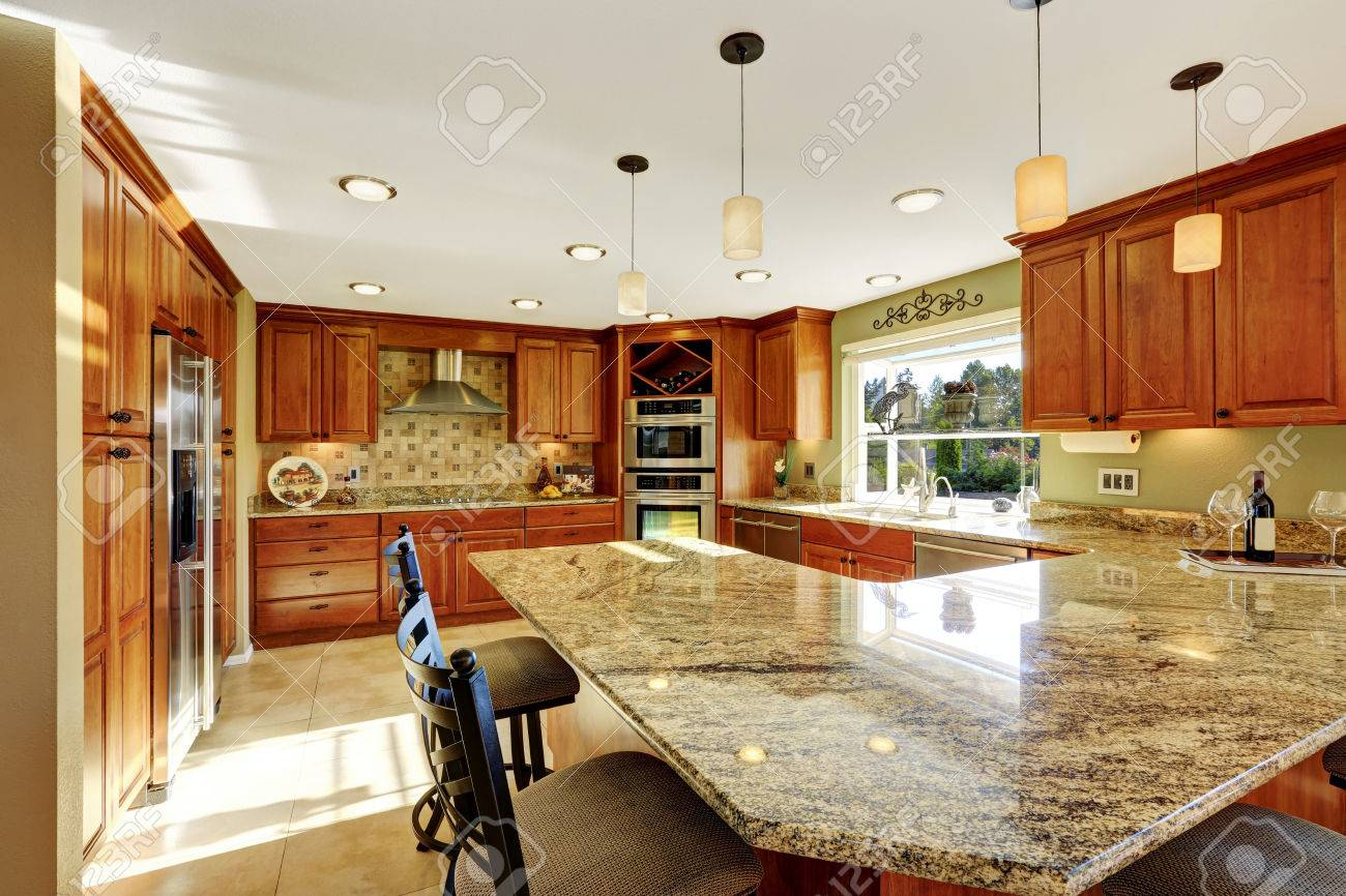 Au Comptoir Du Carrelage cuisine de luxe avec carrelage, armoires tachés et comptoir de granite