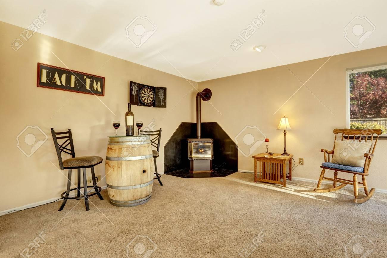 Die Geräumigen Ruhebereich Im Wohnzimmer Mit Kamin, Teppichboden Und  Pastell Beige Wände Standard Bild