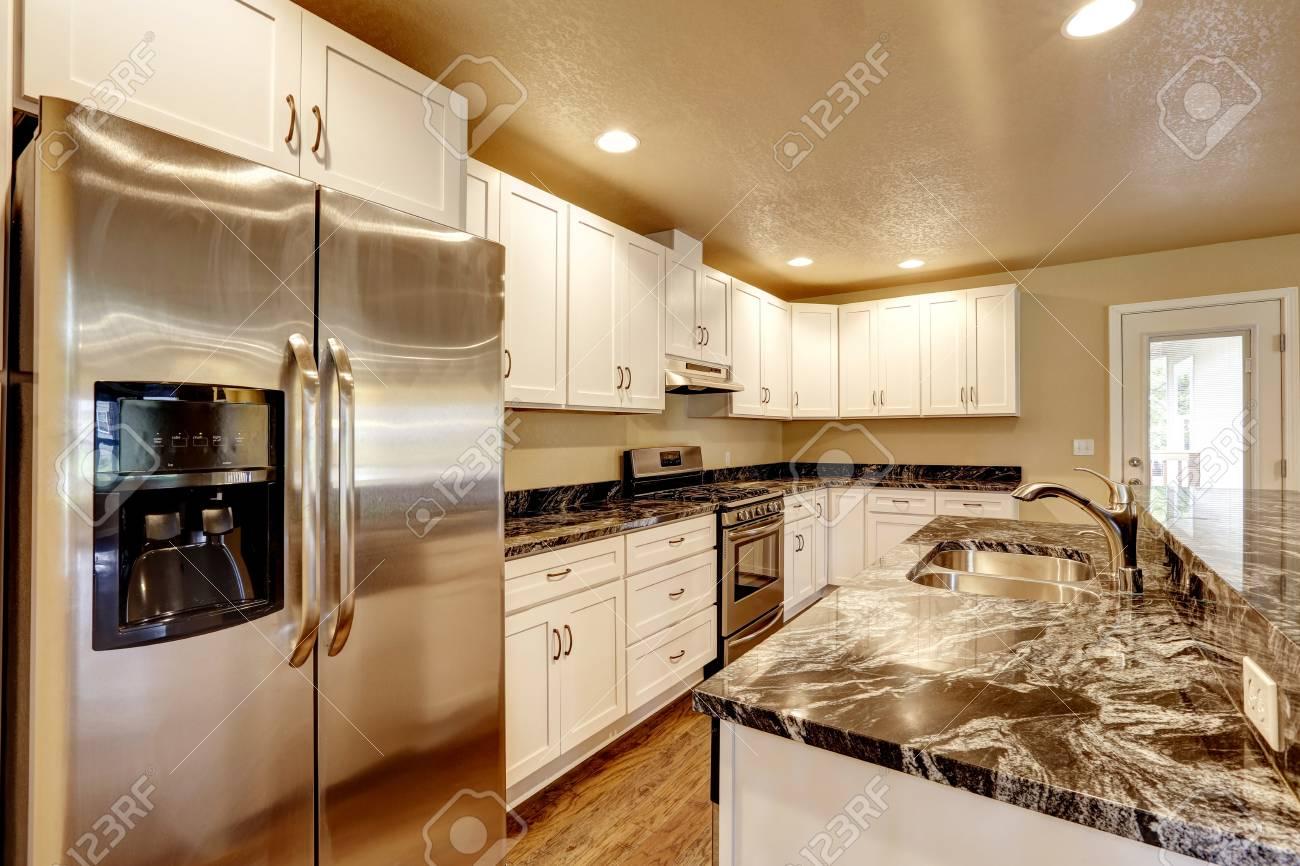 Küche Raum Mit Weißen Geräte, Granit Zähler Nach Oben, Kochinsel Und ...