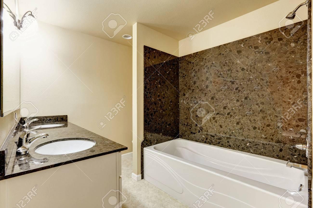 Moderne Badezimmer Inter Mit Schwarzen Granitfliesen Verkleidung Und Weißen  Badewanne Und Waschbecken Standard Bild