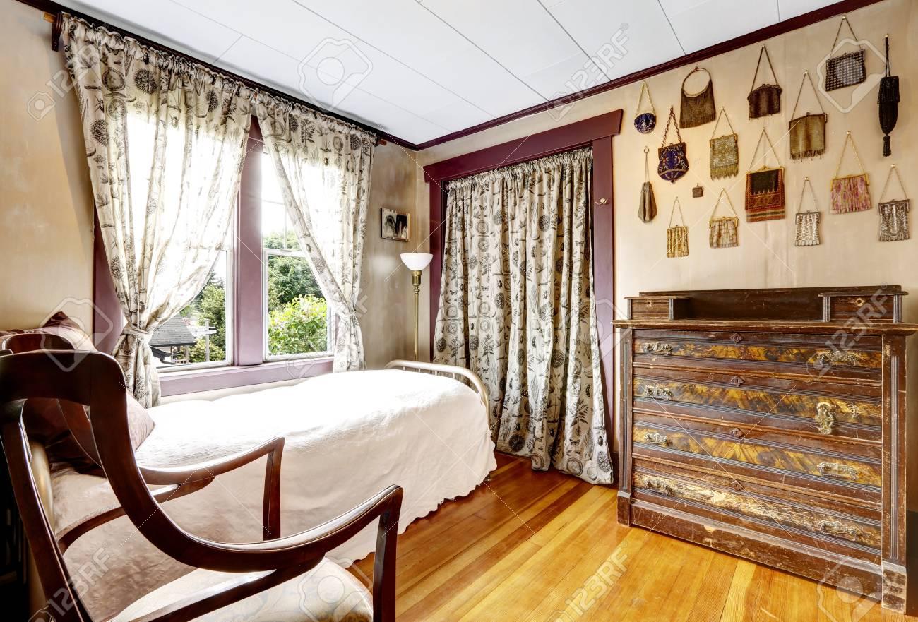 Kleines Schlafzimmer Mit Parkett Und Alten Mobeln Scharfen Land Haus Lizenzfreie Fotos Bilder Und Stock Fotografie Image 59951846