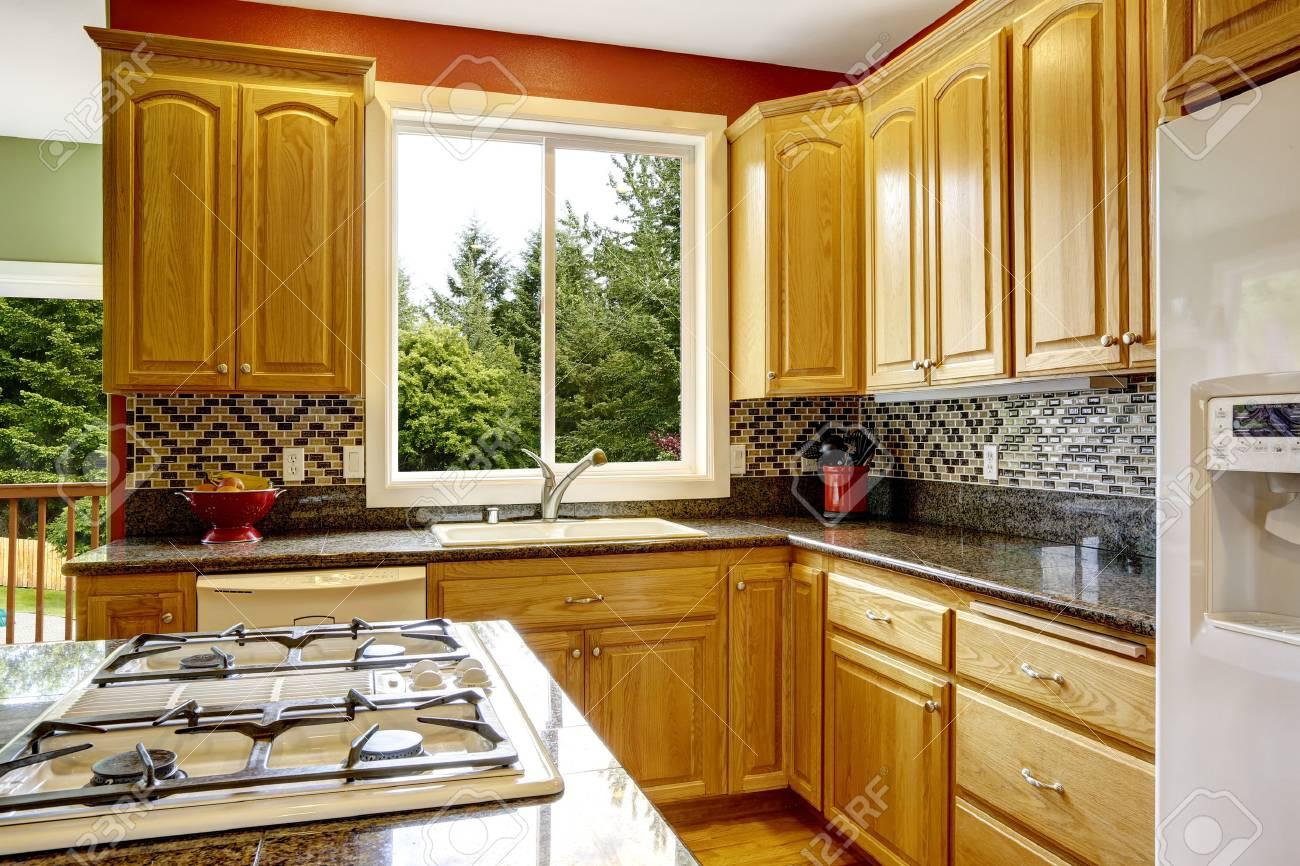Kleine Küche Mit Insel, Dunklem Granit Zähler Nach Oben, Auch Rote ...