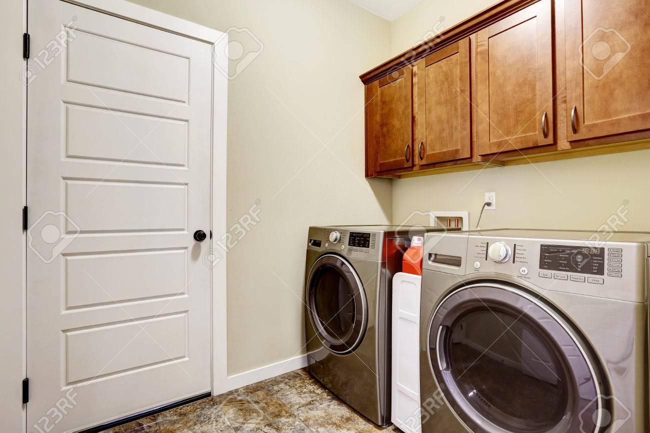 Waschküche Mit Stahlgeräten Und Schöne Schränke, Fliesenboden Und ...