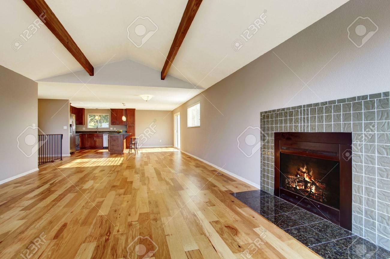 Leerer Raum Zwischen Den Mit Parkettboden, Gewölbedecke Und Kamin ...