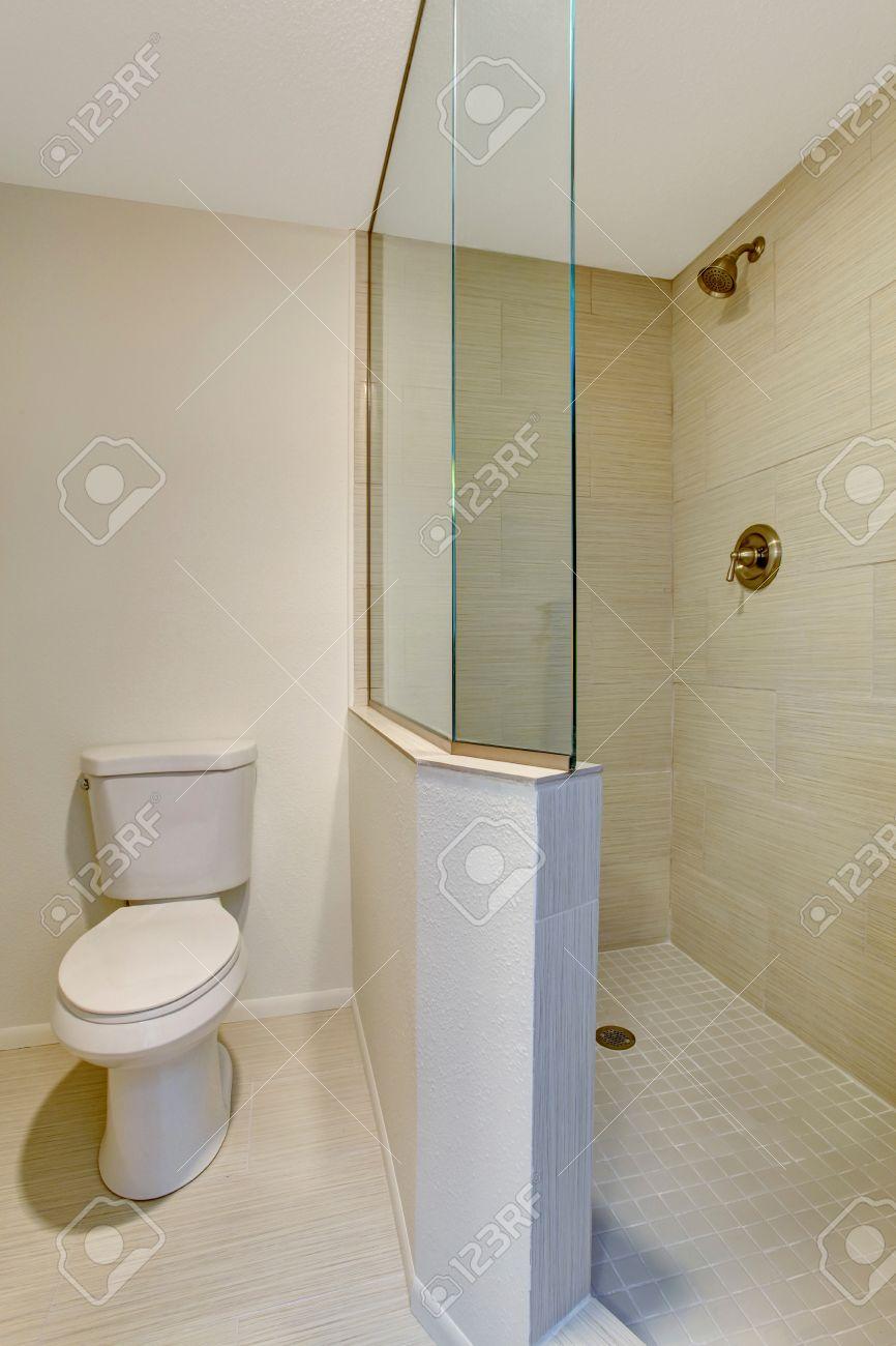 Standard Bild   Weiß Bad Inter Mit Beige Fliesen, Glas Dusche Und WC.