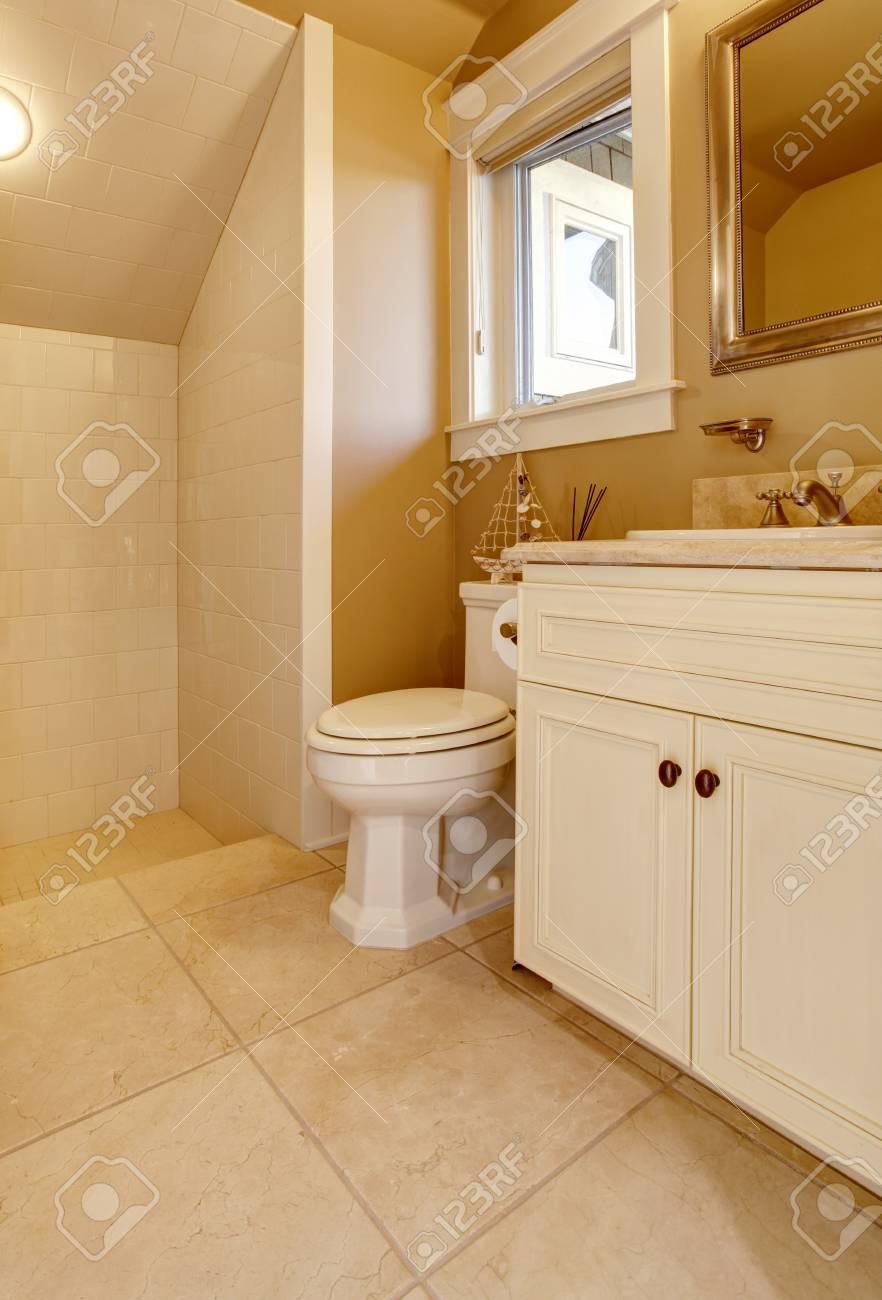 Licht Bad Inter Design Mit Weißen Alten Schrank, Toilette Und Dusche.  Standard Bild
