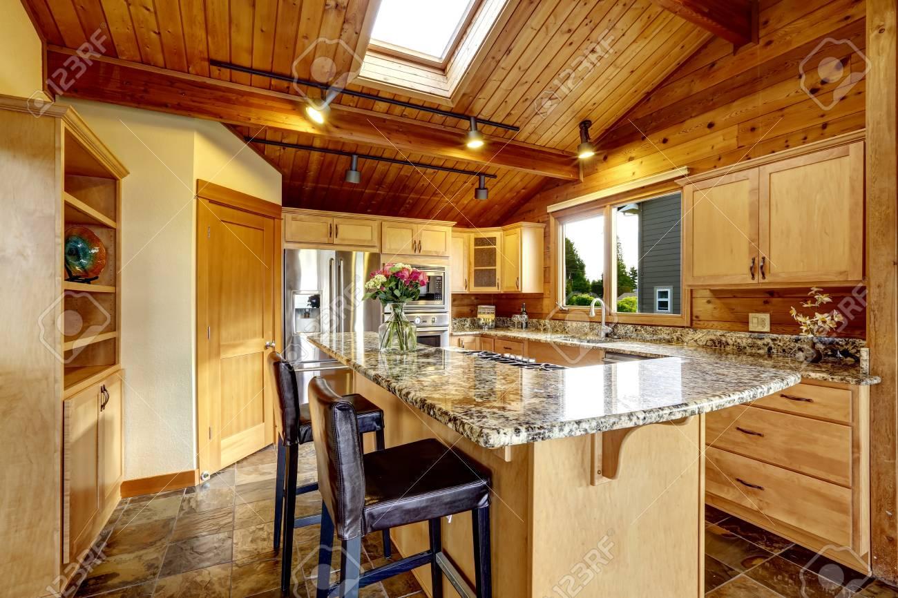 Küche Mit Granit Zähler Nach Oben Und Fliesenboden Lizenzfreie Fotos ...