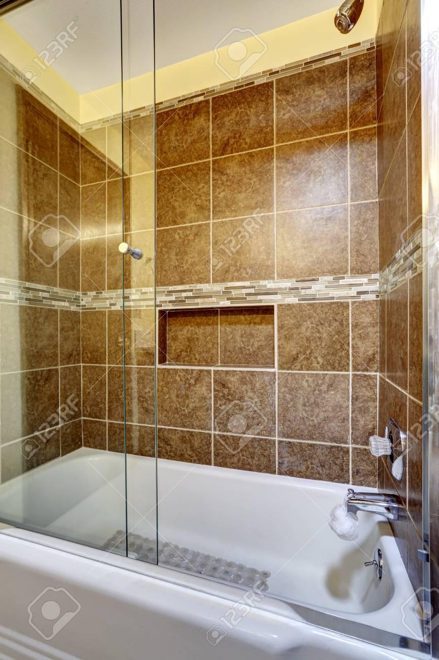 Brown Stein Fliesen Dusche Mit Schließen Im Bad Nach Oben Standard Bild    59953890