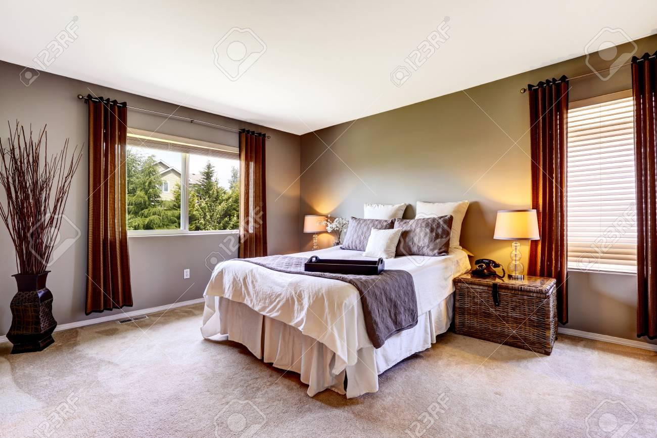 Banque d\u0027images , Intérieur de la chambre à coucher avec tapis et grand  lit. Maison nord,américaine