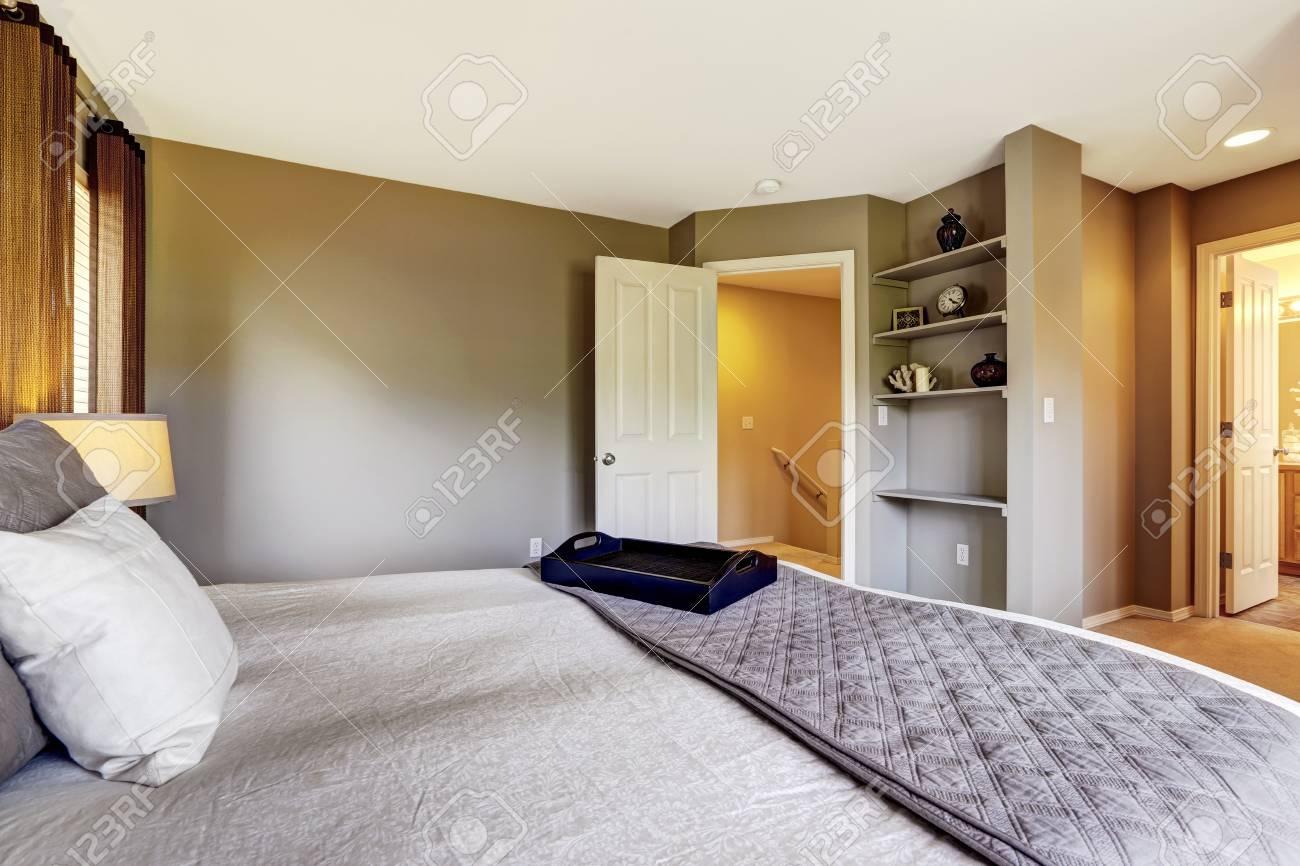 Camera da letto interni con pavimento in moquette e letto grande. casa  nord-ovest americano
