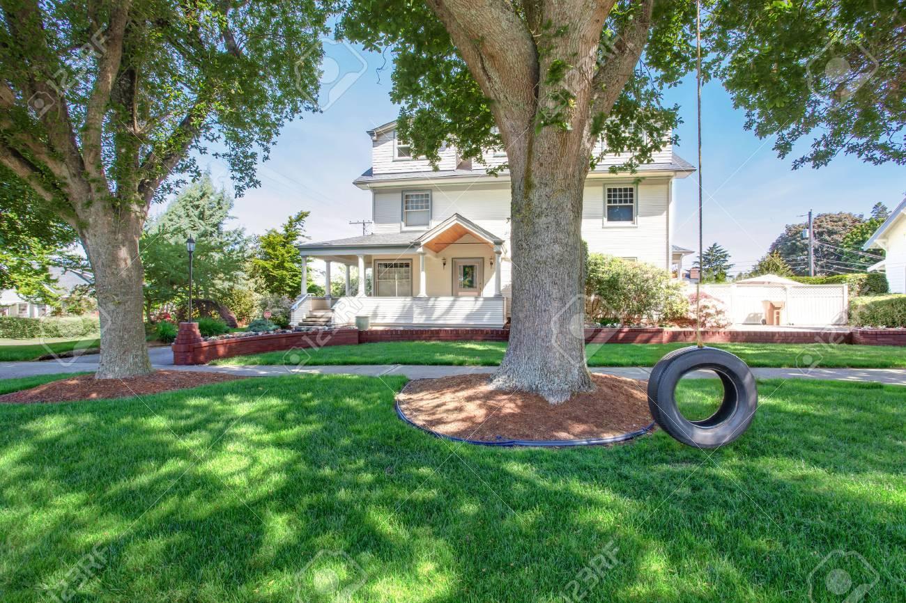 Jardin À L Américaine grand luxe beige artisan classique maison extérieur américain. vue depuis  le jardin