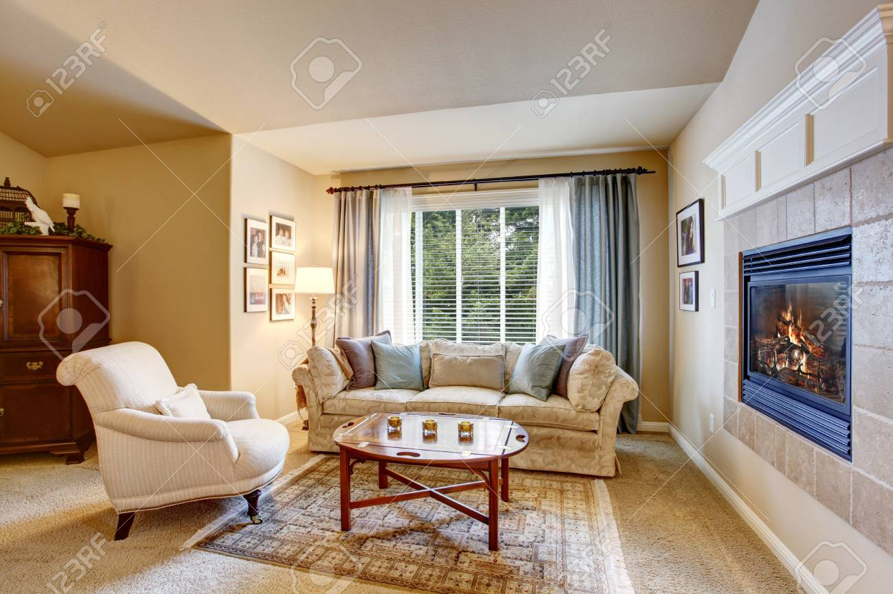 Camera Da Letto Con Divano : Immagini stock area di riposo in camera da letto con divano e