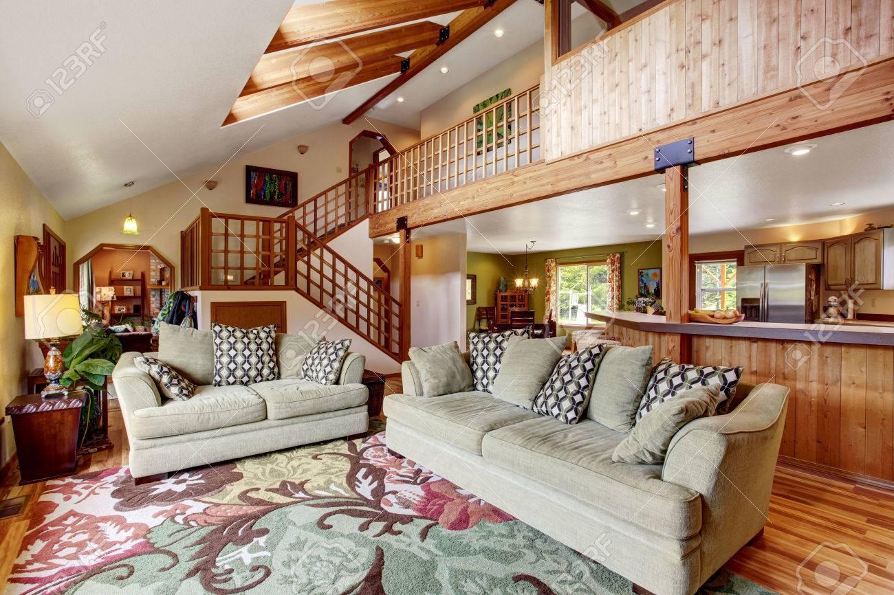 Helles Wohnzimmer Mit Beige Wände, Parkett Und Hohen Decken Mit Holzbalken.  Mit Blick Auf