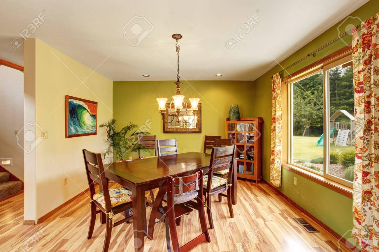 del trasero juegos comedor caoba blancoVista Interior con y lámpara techo arañapiso de con de antiguo y de mesa de juego verde madera patio TcFK1lJ3