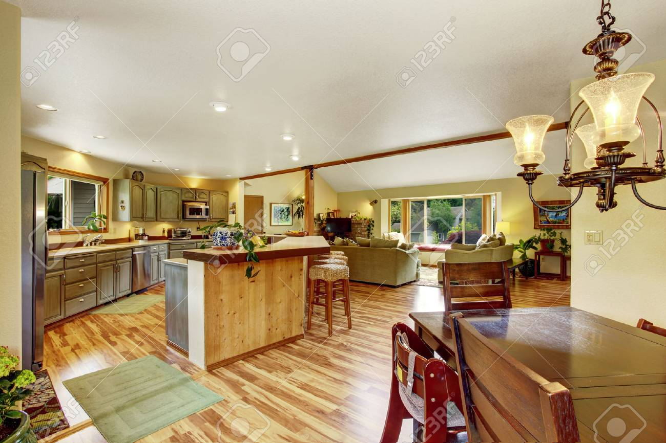 standard bild startseite inter mit parkettboden und offene grundriss zeigt esszimmer kuche und wohnzimmer gemutliche atmosphare