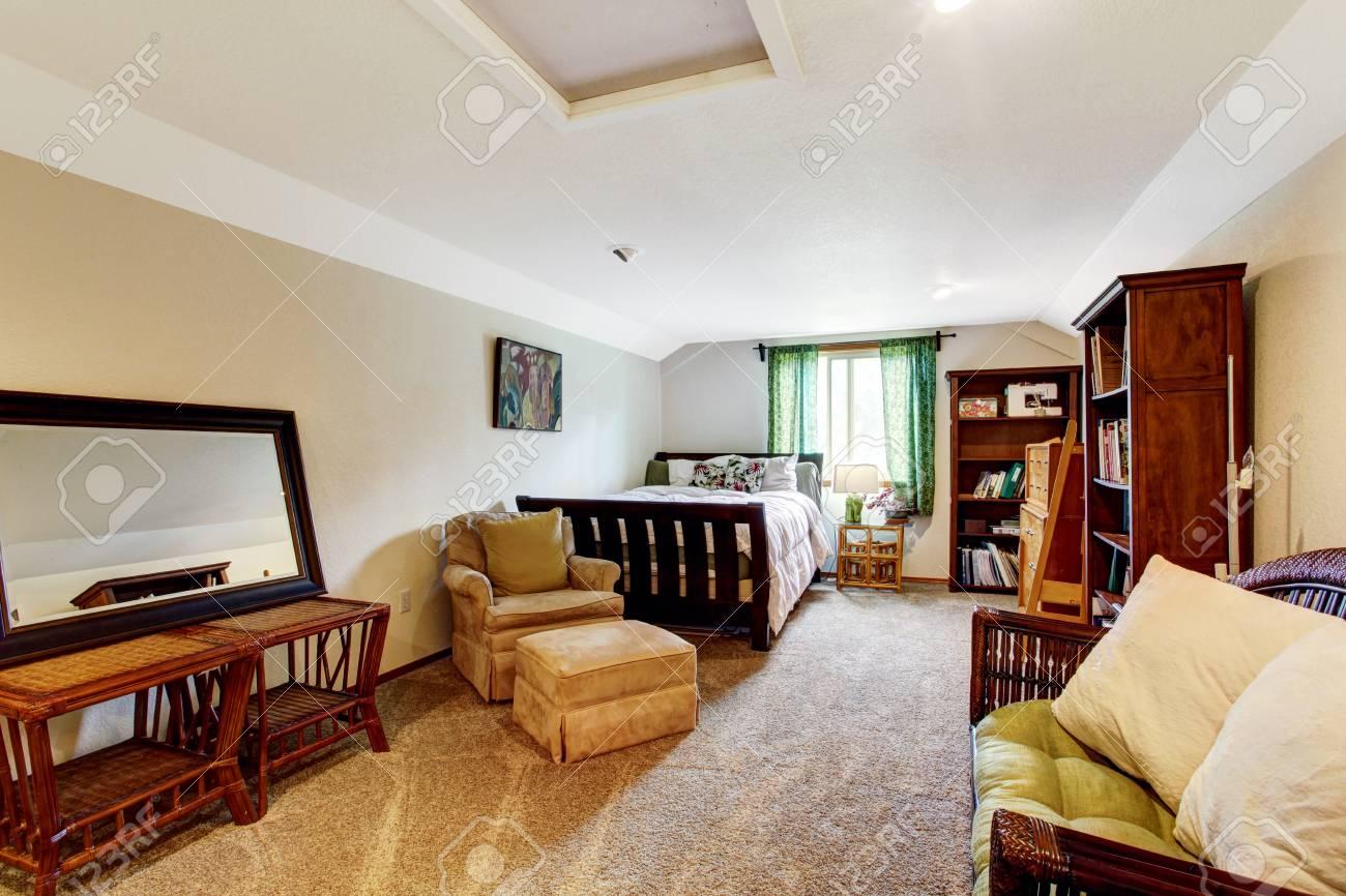 Ein Musiker Mann Schlafzimmer Mit Teppichboden, Beige Wände Und ...