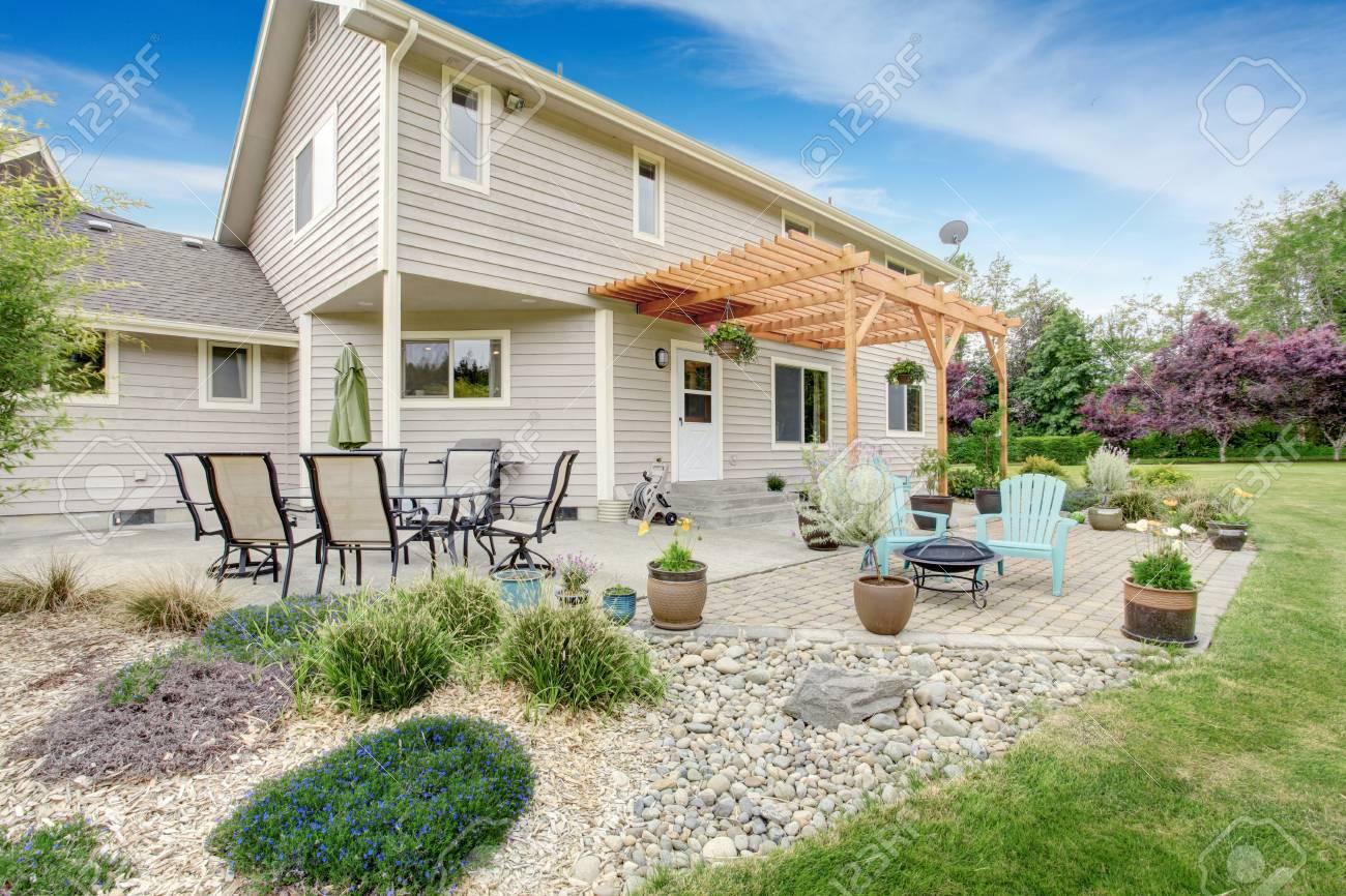 Cour Cozy terrasse avec set de table et agréable desing d\'aménagement  paysager