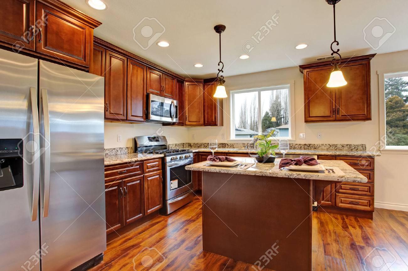 Moderne Küche Mit Holzboden Und Granit. Lizenzfreie Fotos, Bilder ...