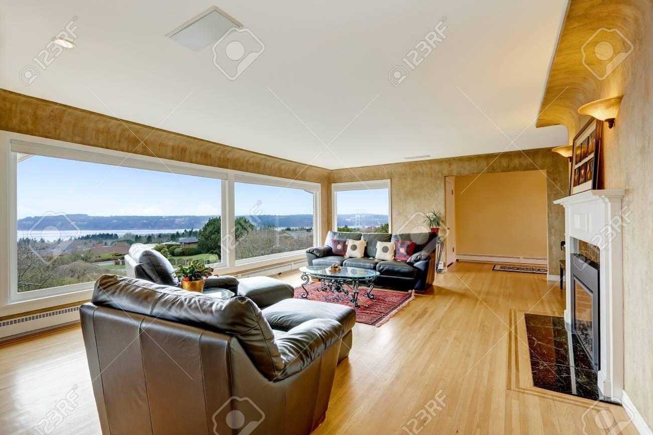 Schön Eingerichtetes Wohnzimmer Mit Parkettboden, Beige Wände Und ...