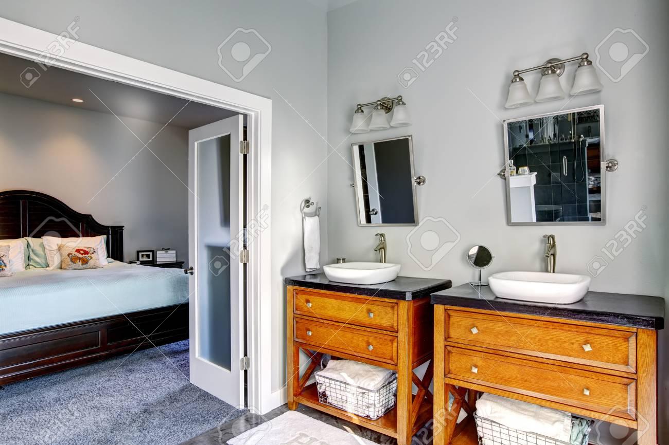 Chambre Ouverte Salle De Bain intérieur de salle de bain avec deux armoires et deux éviers. porte ouverte  de la chambre