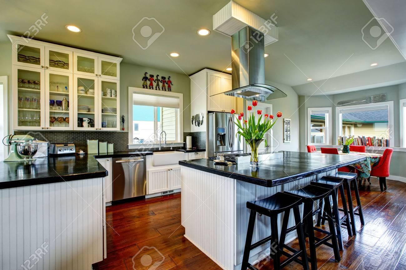 Leere Einfache Alte Küche Mit Holzboden Und Weißen Schränken ...