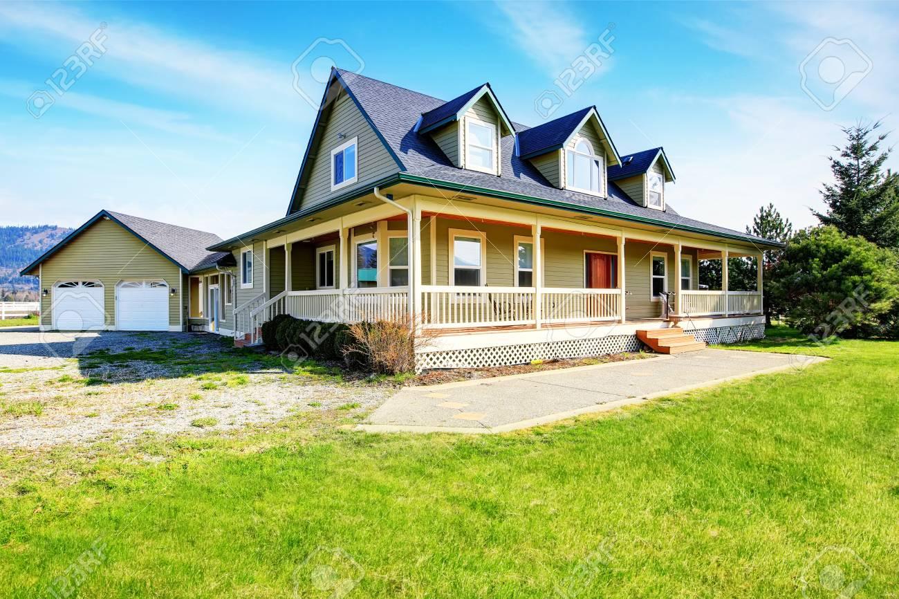 Alte Klassische Amerikanische Grune Haus Mit Terrasse Und Garage