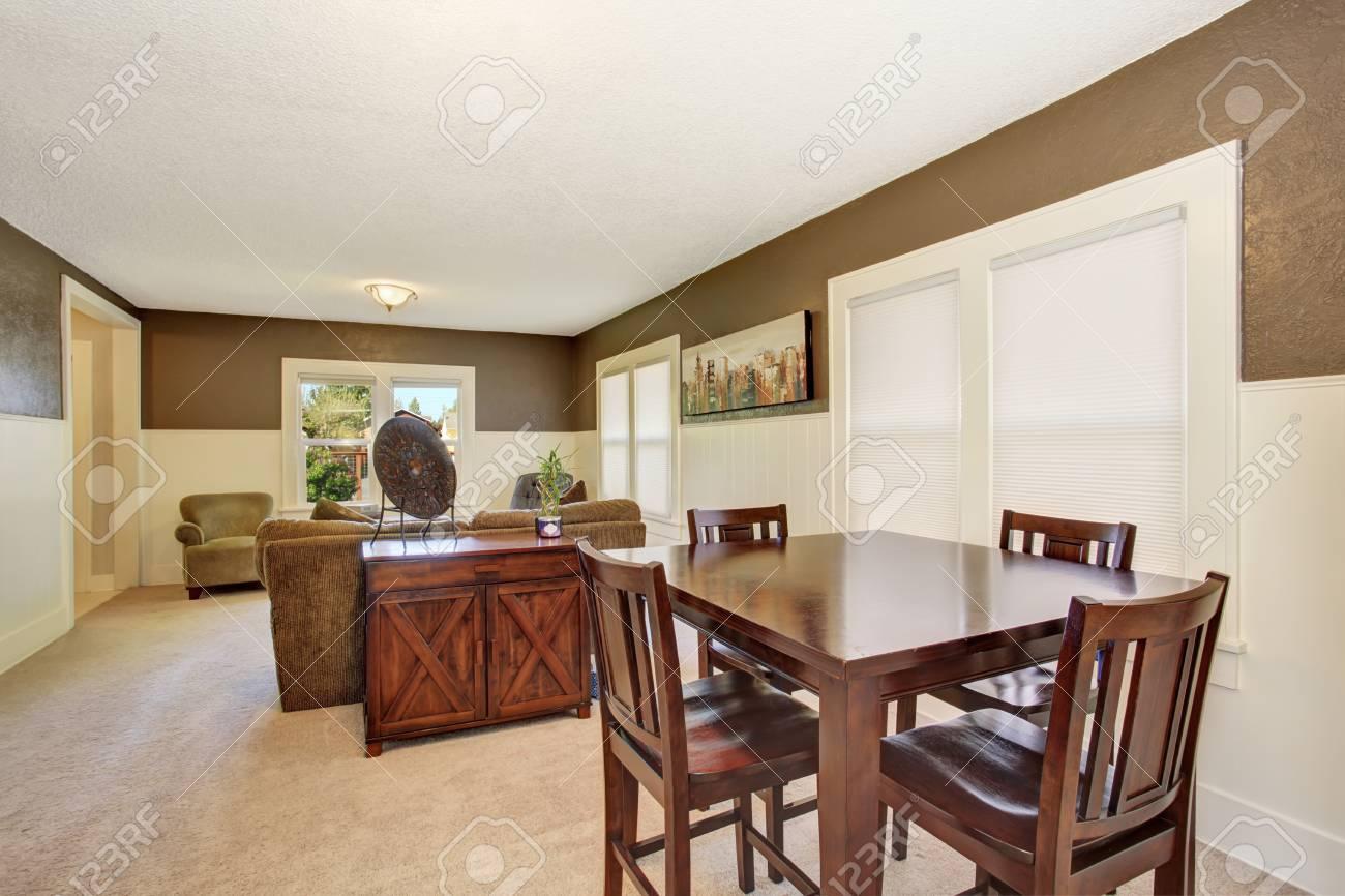 Diseño de interiores. Marrón conjunto de mesa de madera y mueble viejo en  el comedor. Conectado con la sala de estar.