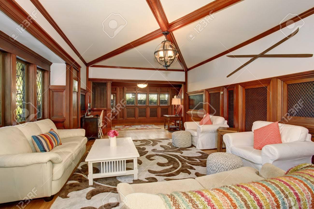 Luxus Wohnzimmer Interieur Mit Braunen Holz Drum Und Dran Gewolbte