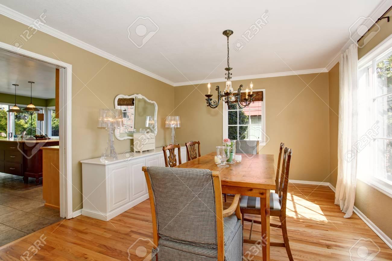 Helles Esszimmer Mit Holztisch, Weißem Schrank Mit Spiegel Und Antikem  Kronleuchter