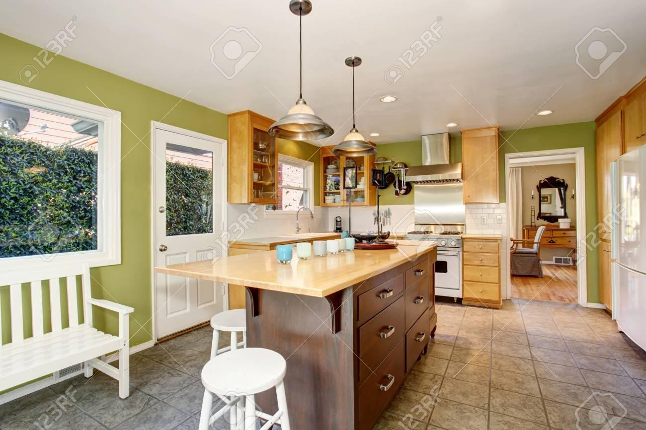 Camera interno di cucina con parete verde e pavimento di