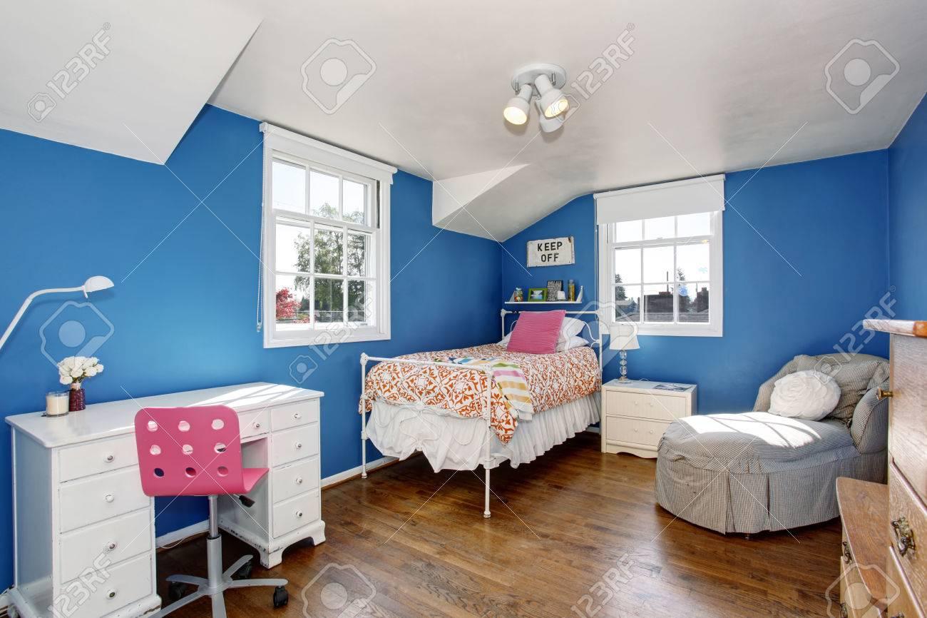 Adorable Chambre Enfants Bleu Avec Plancher De Bois Franc Et Plafond ...