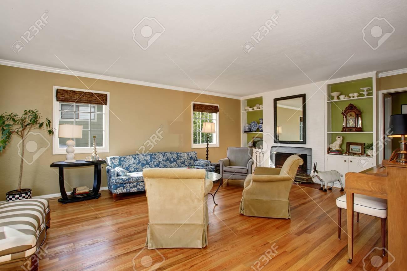 Classique salon américain intérieur. Beige et murs verts, plancher de bois  franc et un canapé confortable créent une atmosphère chaleureuse.