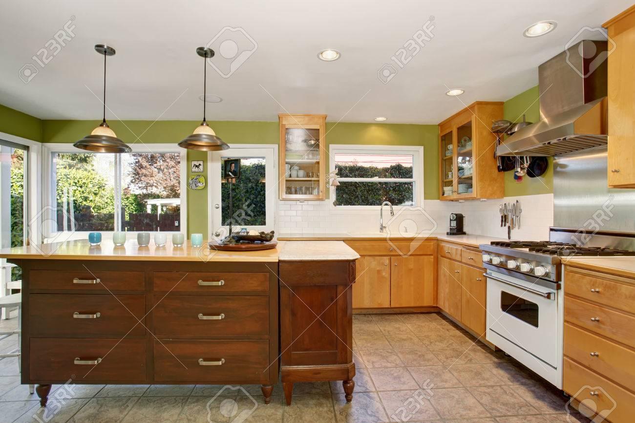 Küchenraum Zwischen Den Mit Grünen Wand Und Fliesenboden ...