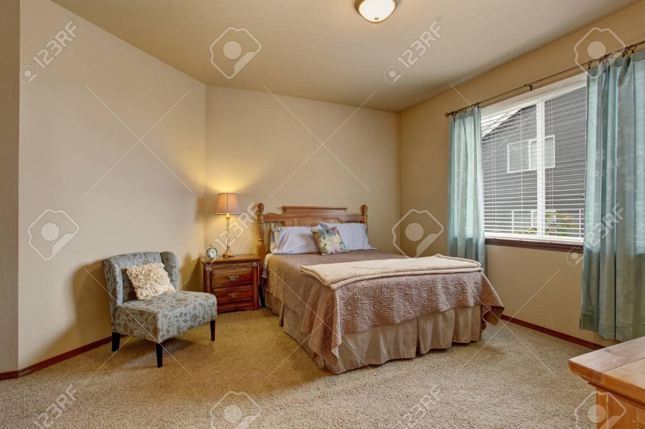 Elegantes Schlafzimmer In Sanften Farben Mit Blauen Vorhängen Und Beige  Bett. Auch Teppichboden Und Cremige